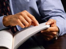 Lendo livro com o dedo